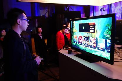 A user trying out ZTE's new Fun Box product.