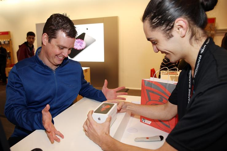Ryan Watkinson picks up the world's first iPhone 6s at Vodafone's Queen Street store in Auckland