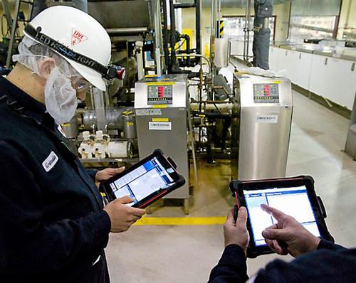 Technicians with SAP Work Manager apps and iPads