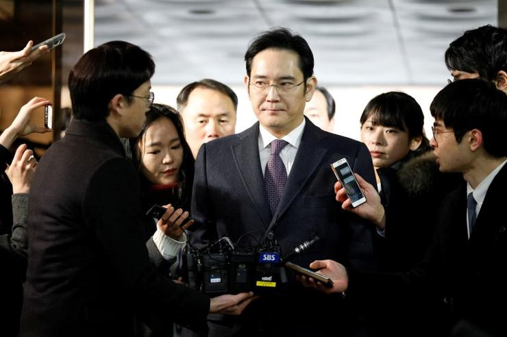 Samsung Group chief, Jay Y. Lee, is surrounded by media as he arrives at the Seoul Central District Court in Seoul, South Korea, January 18, 2017. REUTERS/Kim Hong-Ji/File Photo
