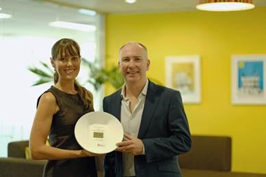 Darren Linton receives the oogle Premier Partner award in Australasia in the Growing Businesses Online from Amanda Jordan of Google NZ.