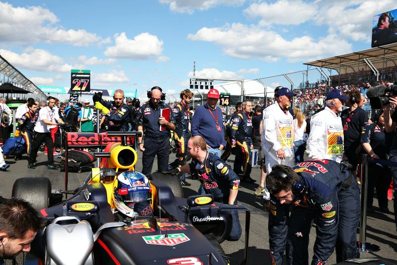 Daniel Ricciardo of Australia drives the (3) Red Bull Racing Red Bull-TAG Heuer RB12 on the grid during the Australian Formula One Grand Prix at Albert Park March 20 (Source: Getty Images)
